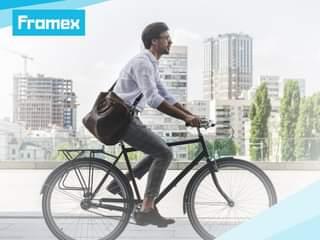 """Może być zdjęciem przedstawiającym 1 osoba, obuwie, rower i tekst """"Framex"""""""